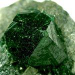 камень зеленый гранат