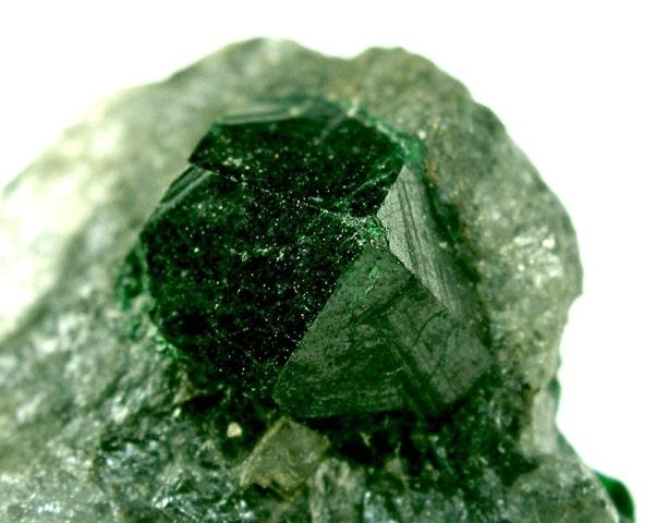 натуральный аметист зеленого цвета