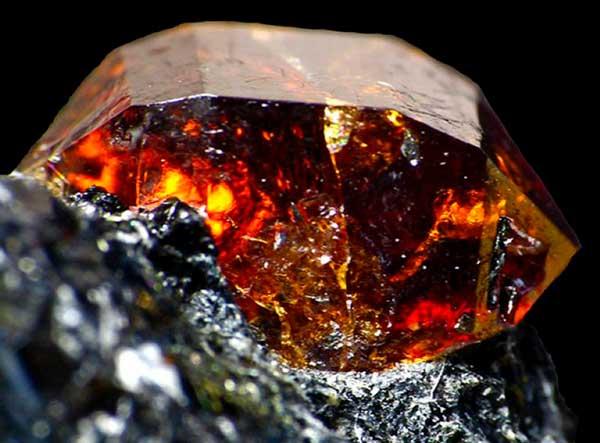 камень циркон