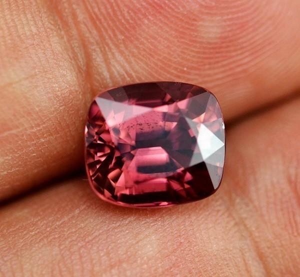 Камень гиацинт красный