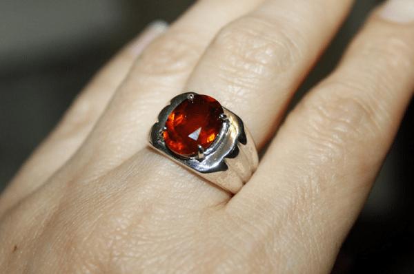 Кольцо с гиацинтом на руке