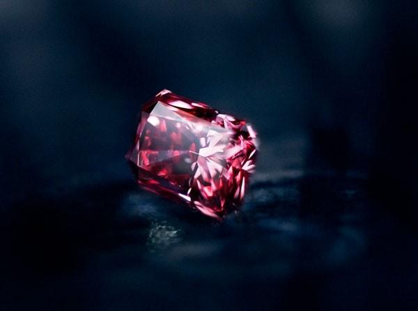 камень красный алмаз