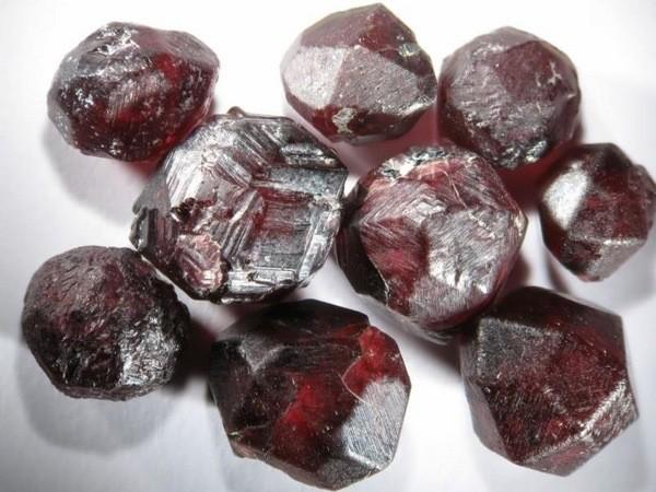 камни семейства гранатов — альмандин