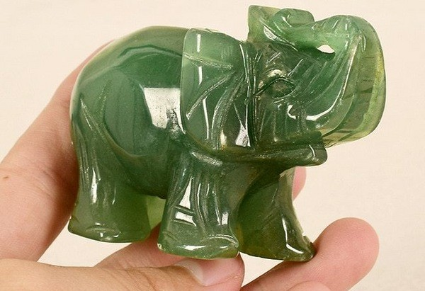 слон из зеленого кварца