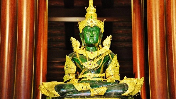 Статуя Будды из зеленой яшмы