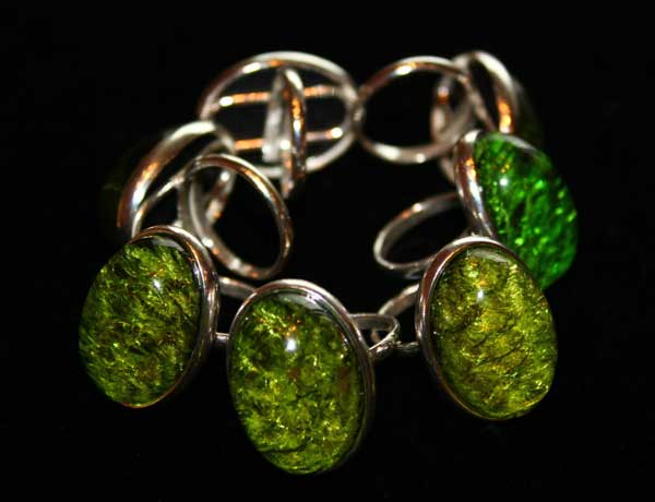 украшение из зеленого янтаря
