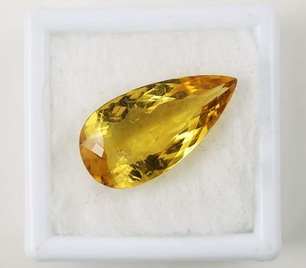 Желтый камень гелиодор