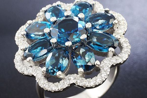 Перстень с голубым топазом