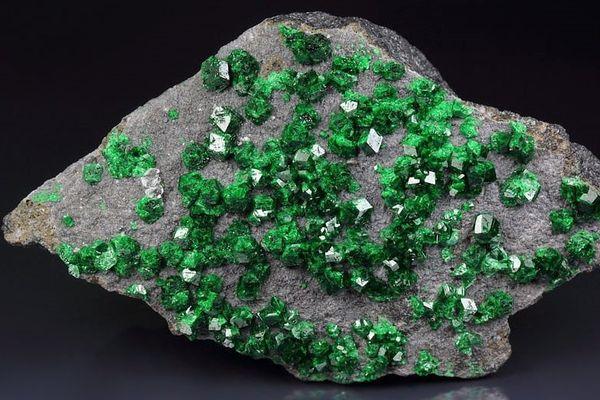 Уваровит: свойства камня