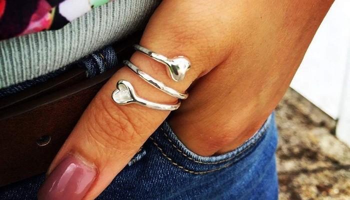 кольцо на большом пальце левой руки