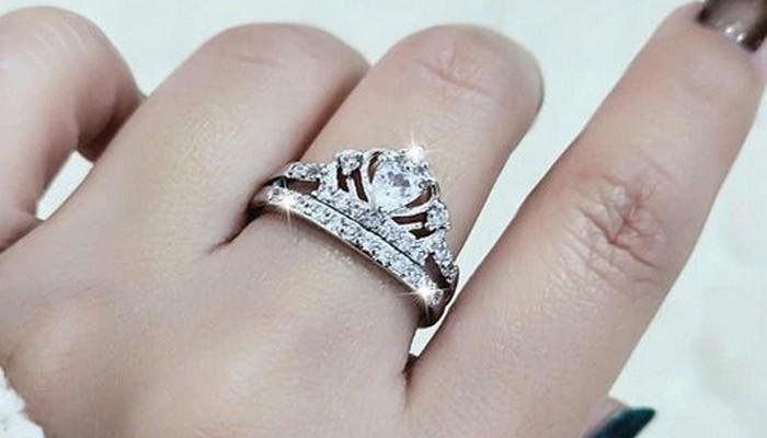 кольцо на среднем пальце левой руки