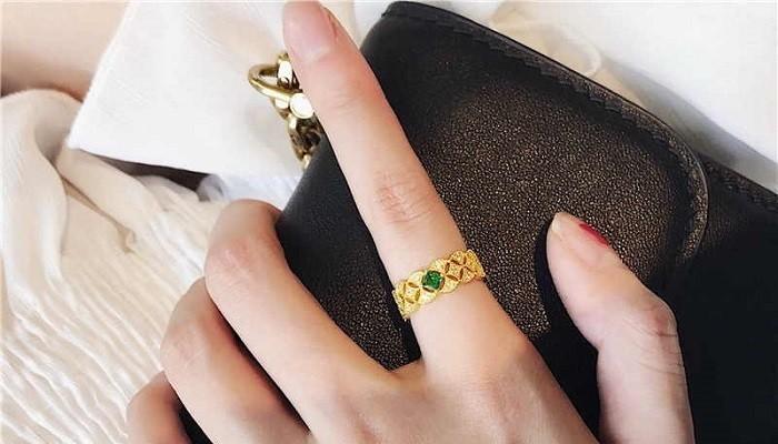 кольцо на указательнои пальце левой руки