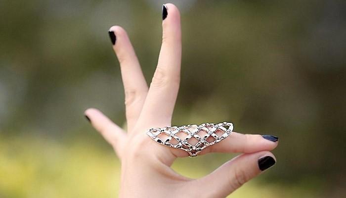 кольцо на указательнои пальце